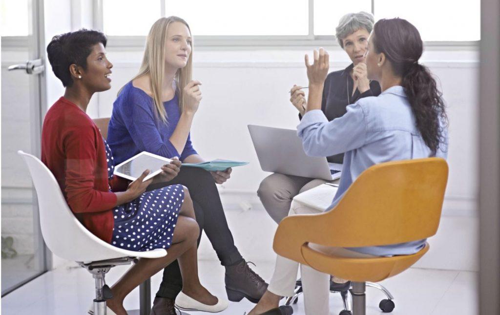 Chi ha detto che le donne non fanno squadra? Guida ai gruppi femminili di Facebook al servizio del lavoro