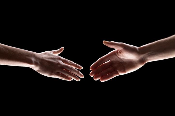 L'importanza di un gesto semplice: 6 tipologie di strette di mano da evitare