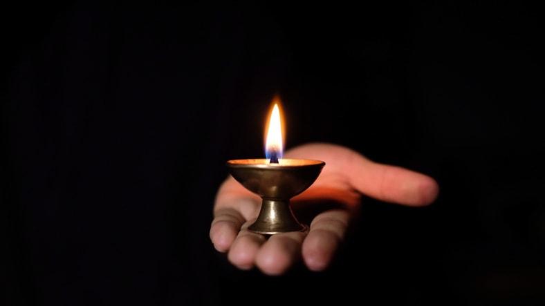 Invece di maledire il buio è meglio accendere una candela