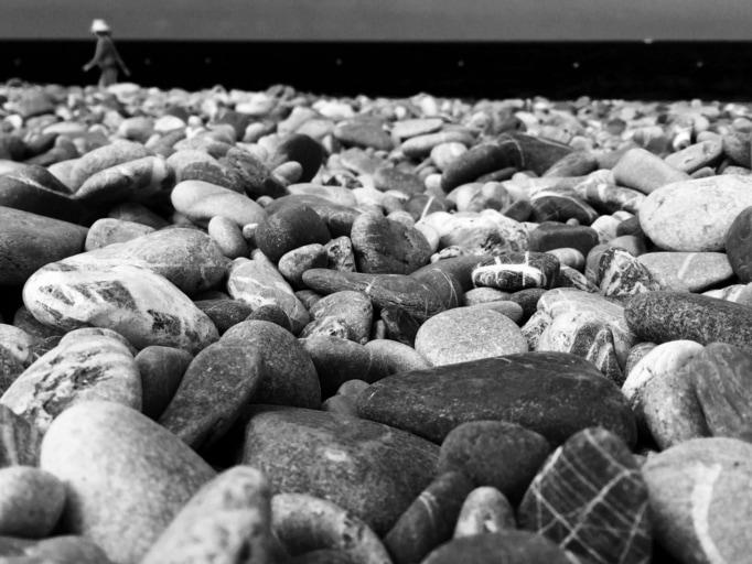 Cadendo, la goccia scava la pietra, non per la sua forza, ma per la sua costanza