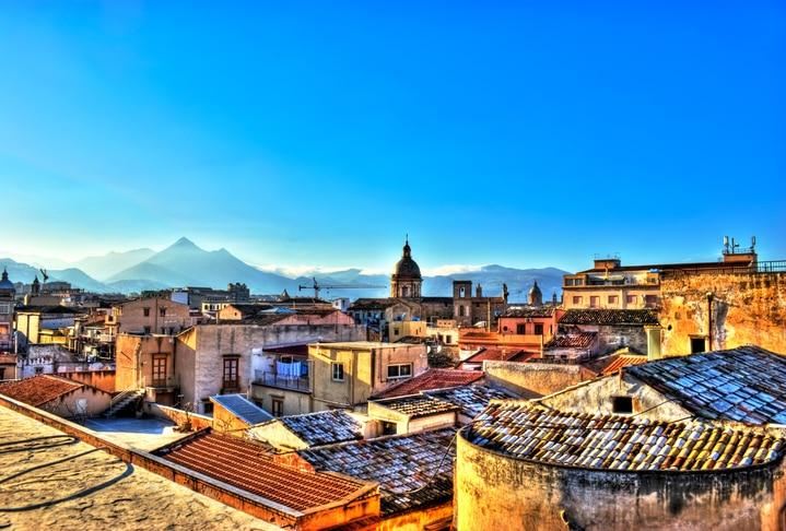 Sai cos'è la nostra vita? La tua e la mia? Un sogno fatto in Sicilia. Forse stiamo ancora lì e stiamo sognando