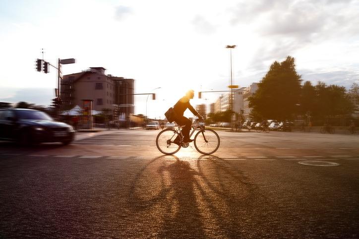 Andare al lavoro in bici quando fa caldo: si può fare. 5 trucchi da conoscere