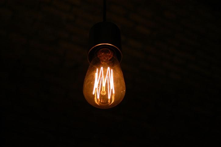 Non perdere tempo a maledire il buio: accendi la luce