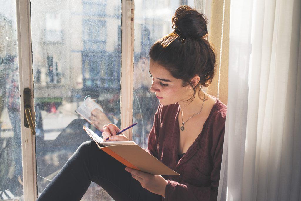 Spezza il flusso dei pensieri negativi con la scrittura